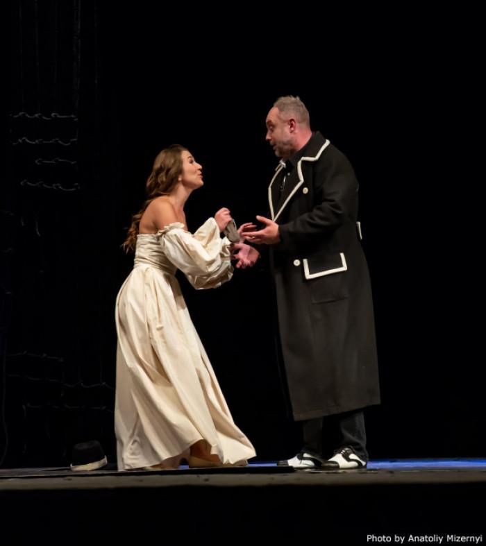 Жанна Бичковська в ролі Офелії на початку п'єси