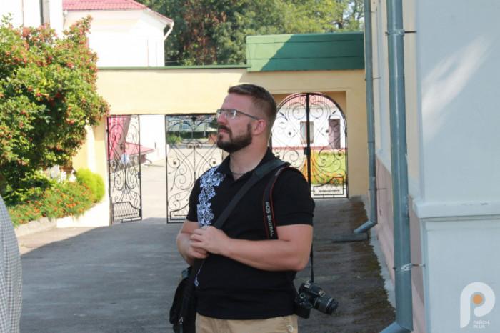 Андрій Павляшик слухає про історію Острозької академії